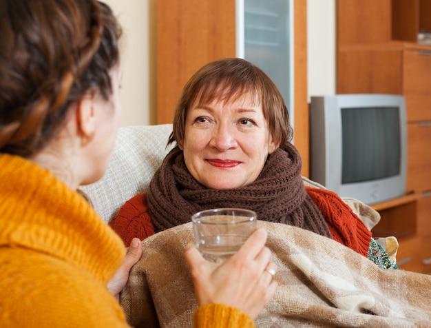 Donna adulta che si occupa della madre senior indisposta Foto Gratuite