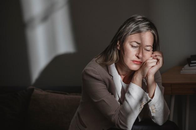 집에서 스트레스 성인 여자 프리미엄 사진