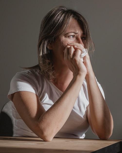 Donna adulta che sottolinea a casa Foto Gratuite