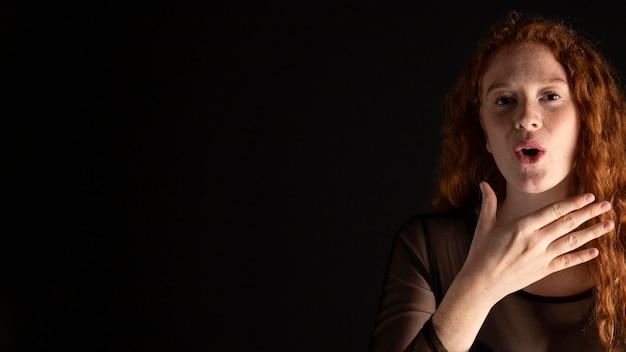 コピースペースで手話を教える大人の女性 無料写真
