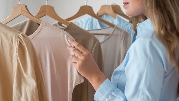 Donna adulta che prova nuovi vestiti Foto Gratuite