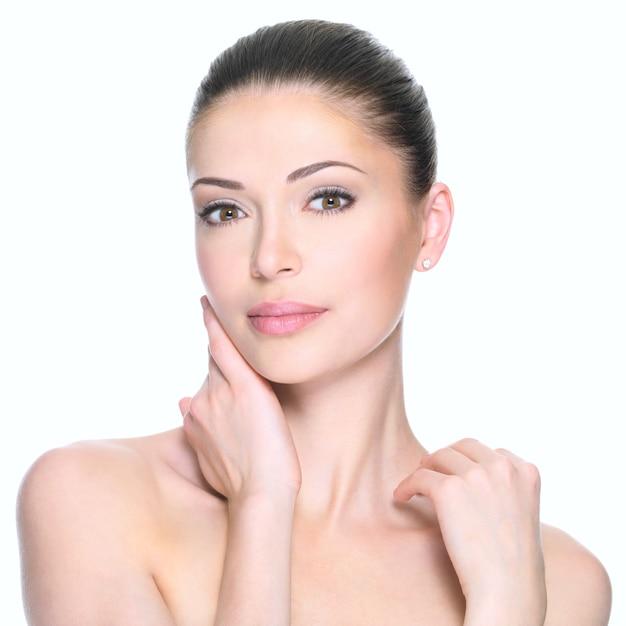 美しい顔を持つ大人の女性-白で隔離。スキンケアのコンセプト。 無料写真