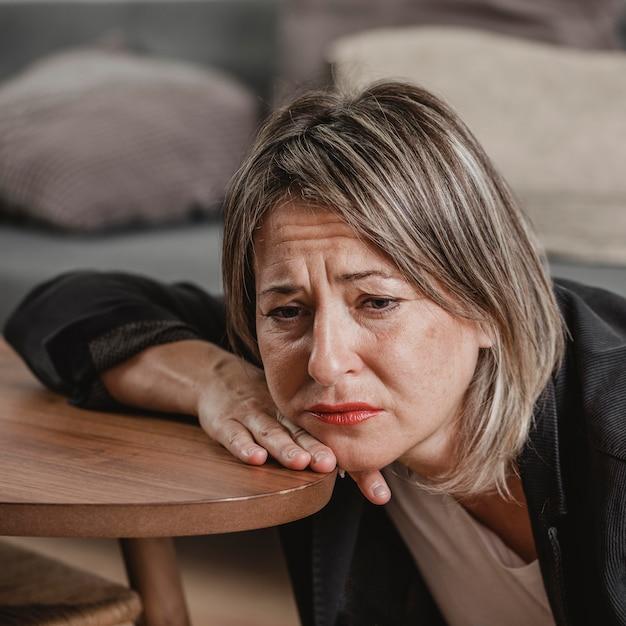 정신 건강 문제가있는 성인 여성 무료 사진