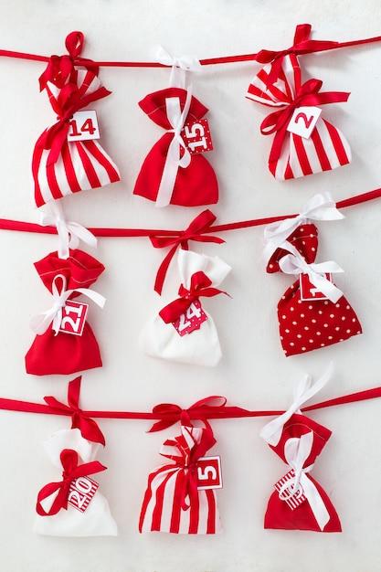 Адвент-календарь с мешочками со сладостями Premium Фотографии