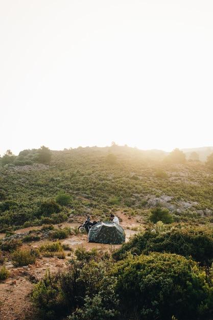Motociclista d'avventura in campeggio in natura Foto Gratuite