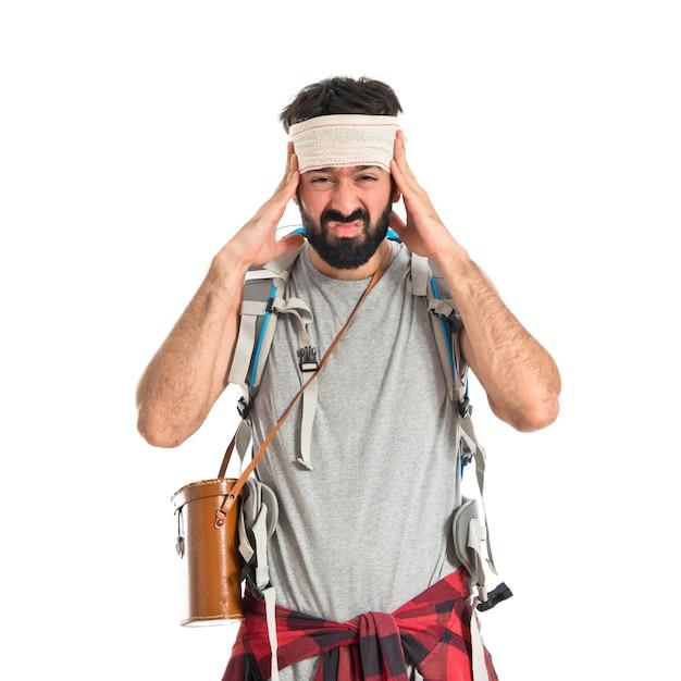 Avventuriero con lesioni alla testa su sfondo bianco Foto Gratuite