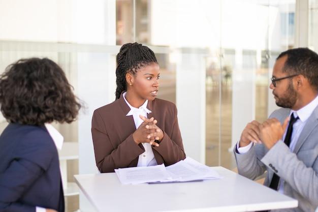 Advisor explaining document details to customers Free Photo