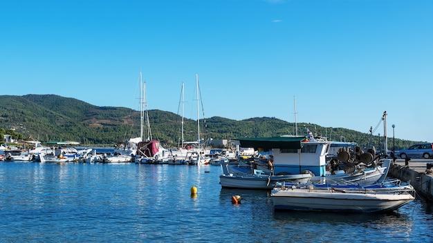 Porto sul mar egeo con più yacht e barche ormeggiate, tempo sereno a neos marmaras, grecia Foto Gratuite