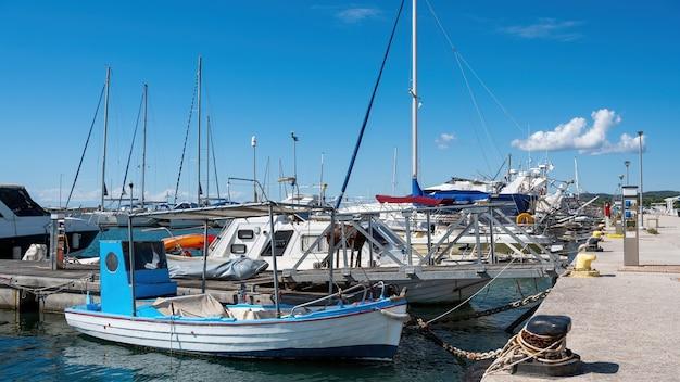 Porto sul mar egeo con più yacht e barche ormeggiate, tempo sereno a nikiti, grecia Foto Gratuite