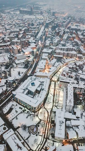 Colpo aereo del fuco di bella architettura della città di giorno durante l'inverno Foto Gratuite