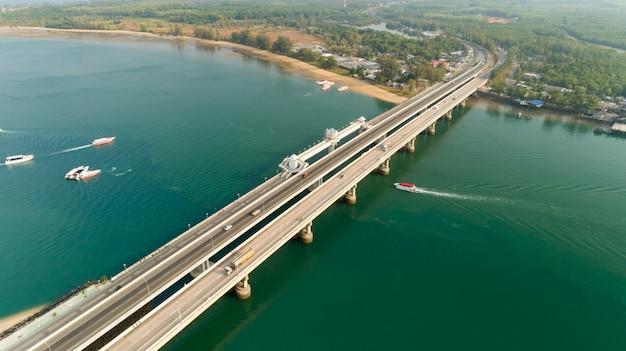 サラシン橋の空中ドローンショットプーケットタイ画像輸送の背景サラシン橋はパンガー県とプーケットを接続しています。 Premium写真