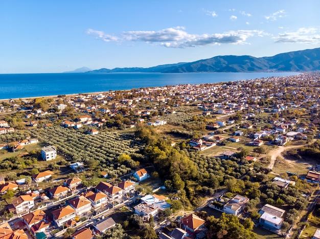 ギリシャ、ハルキディキのアスプロバルタ市と山々の空中ドローンビュー 無料写真