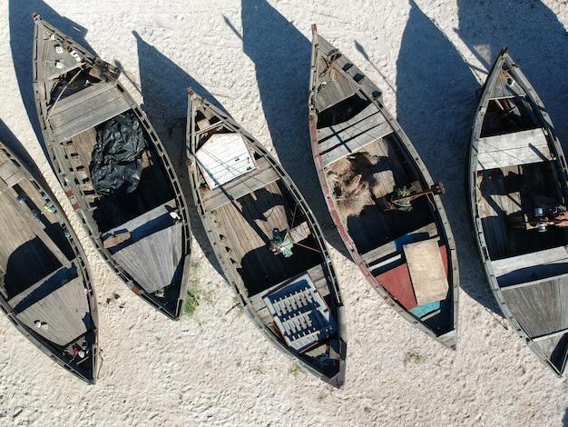 砂浜の伝統的なフィッシャーボートの空中 Premium写真