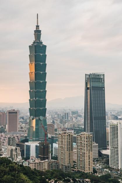 Антенна над городом тайбэй с небоскребом тайбэя в сумерках от горы слон сяншань. Premium Фотографии
