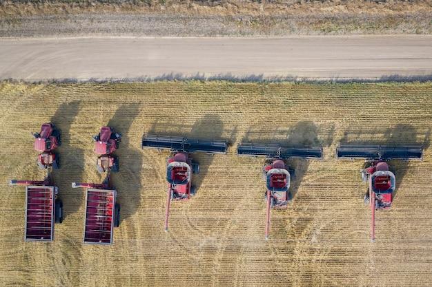昼間の農地でのコンバインの空中オーバーヘッドショット 無料写真