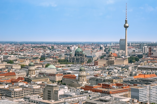 ドイツのベルリンの中心部にある主要な観光名所がある気球からのベルリンの空中パノラマ Premium写真