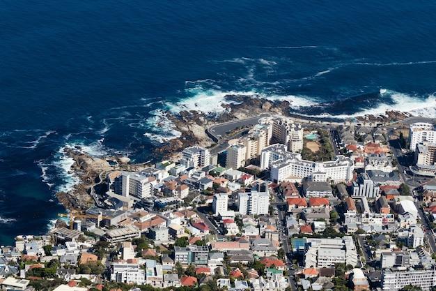 Ripresa aerea di una frenetica città sulla riva dell'oceano Foto Gratuite