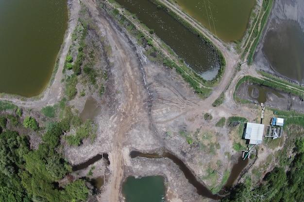 Ripresa aerea di un lago inquinato sporco Foto Gratuite