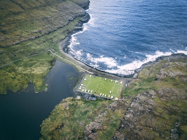 Ripresa aerea di eidi soccer stadium alle isole faroe Foto Gratuite
