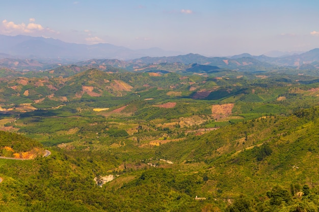 Ripresa aerea di montagne boscose a dalat Foto Gratuite