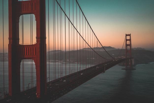 Ripresa aerea del golden gate bridge durante un bellissimo tramonto Foto Gratuite