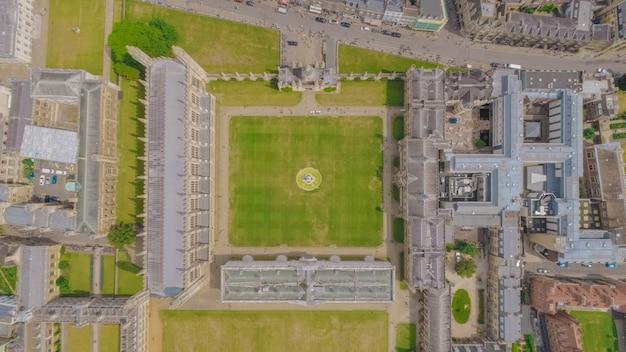 Ripresa aerea del campus del king's college dell'università di cambridge a cambridge, regno unito Foto Gratuite