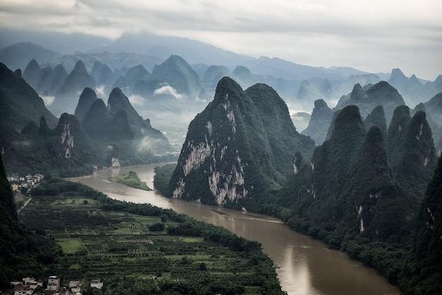 Ripresa aerea del fiume li e della montagna mashan nella contea di yangshuo, guilin Foto Gratuite