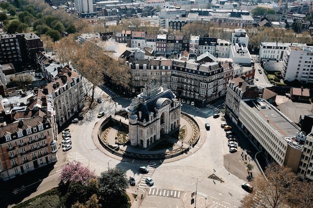 Воздушный снимок городского пейзажа с множеством автомобилей и красивыми зданиями в лилле, франция Бесплатные Фотографии