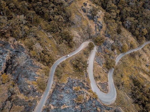 木と山の曲線の道の空中ショット 無料写真