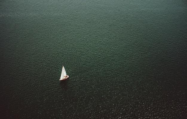 Воздушный выстрел из маленькой лодке, плывущей в широком красивом океане Бесплатные Фотографии