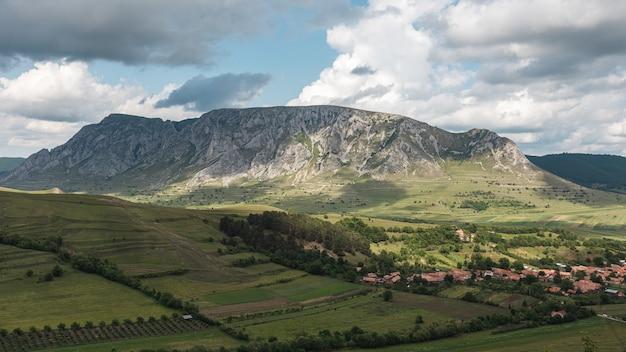 트란실바니아, 루마니아의 놀라운 산 풍경에있는 작은 마을의 공중 촬영 무료 사진