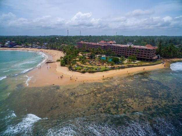 家族での休暇に最適なスリランカの熱帯のビーチの空中ショット 無料写真