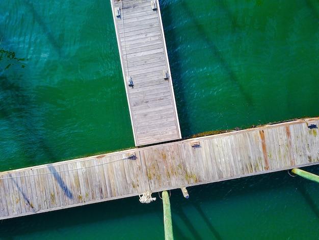 Аэрофотоснимок деревянного пирса с веревками на причале Бесплатные Фотографии