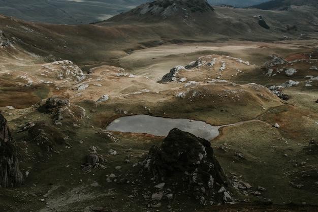 Воздушный выстрел из красивых коричневых холмов в туманную погоду Бесплатные Фотографии