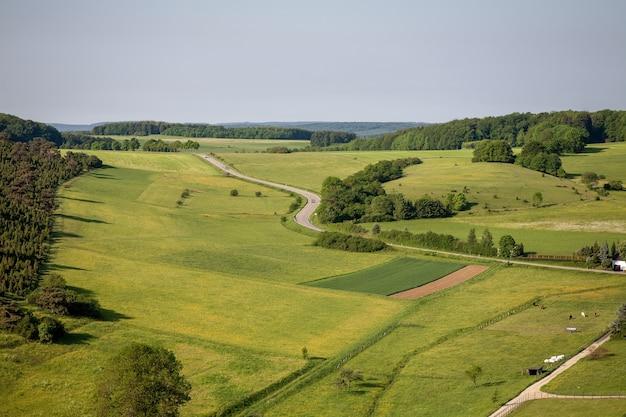 Аэрофотоснимок сельскохозяйственных угодий под чистым небом в регионе эйфель, германия Бесплатные Фотографии