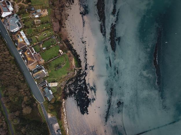 ドーセット州ウェイマスのサンドスフットビーチのエリアをドローンで撮影した空中写真 無料写真