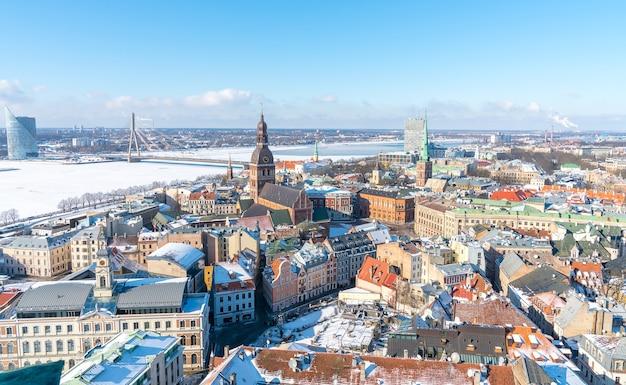 겨울에 라트비아에서 리가의 아름다운 도시의 공중 촬영 무료 사진
