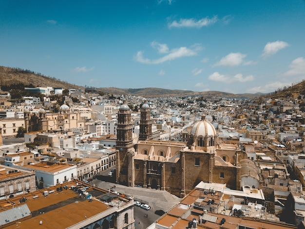 昼間の青い空の下でサカテカスメキシコの大聖堂の空中ショット 無料写真