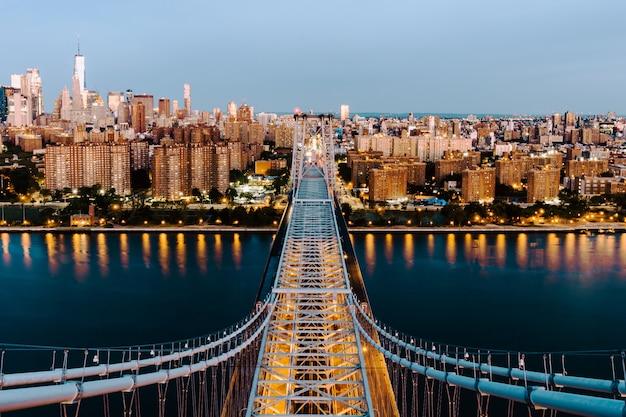 Воздушная съемка моста квинсборо и зданий в нью-йорке Бесплатные Фотографии