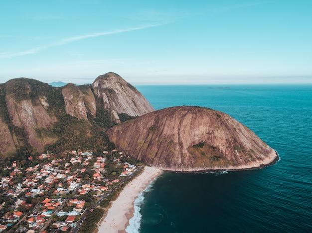 Аэрофотоснимок trail morro das andorinhas в нитерой, бразилия Бесплатные Фотографии