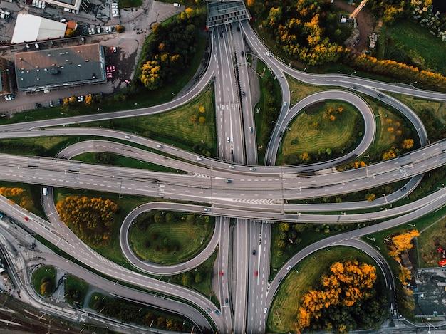街の真ん中にある公園に囲まれた曲がりくねった道の空中ショット 無料写真
