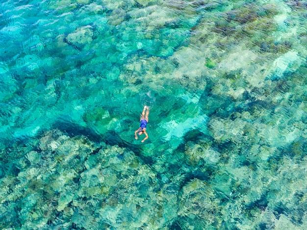 Воздушные сверху вниз люди подводное плавание на коралловом рифе тропического карибского моря Premium Фотографии