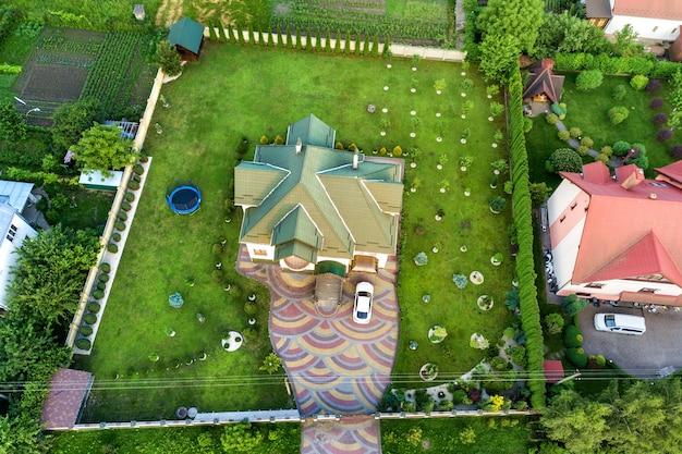 포장 된 마당에 집 지붕 널 지붕과 자동차의 공중 평면도. 프리미엄 사진