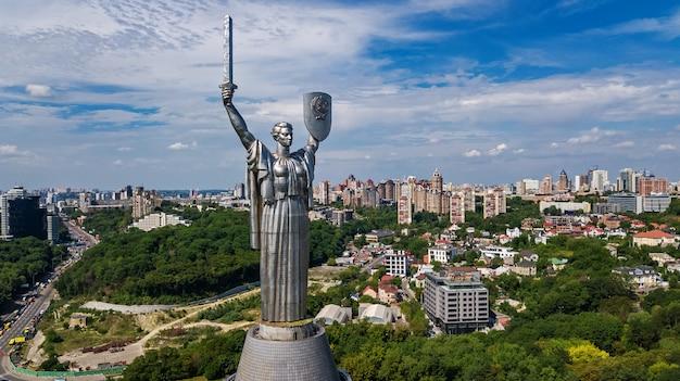 Воздушный вид сверху киевская статуя родины памятник на холмах сверху и городской пейзаж, город киев, украина Premium Фотографии