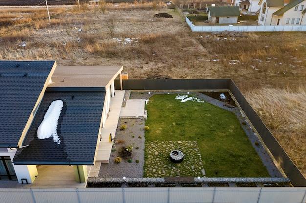 新しい住宅のコテージの空中のトップビュー Premium写真