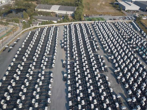 白い貨物トレーラー駐車場、トレーラーラインアップの空中のトップビュー。配送、物流。 Premium写真