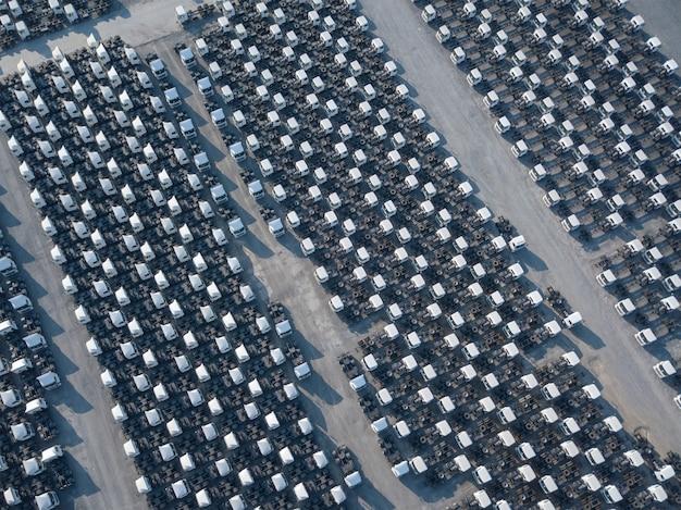 白い貨物トレーラー駐車場の空中の平面図、トレーラーが並んでいます。配送、物流。 Premium写真