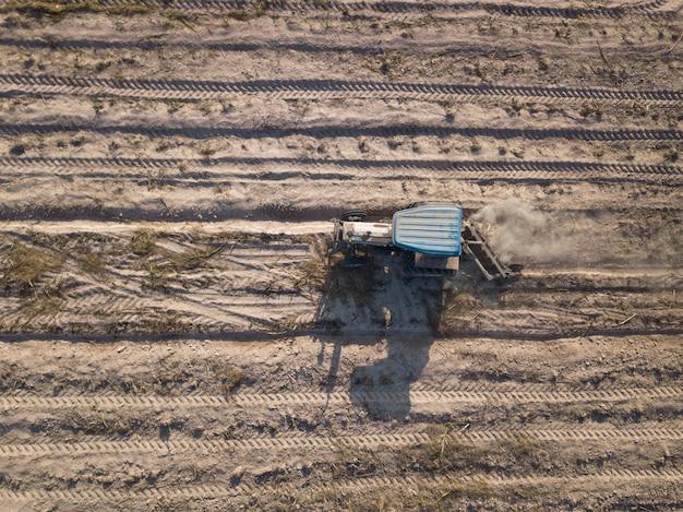 空中トラクターはフィールドで作物を播種します。 Premium写真
