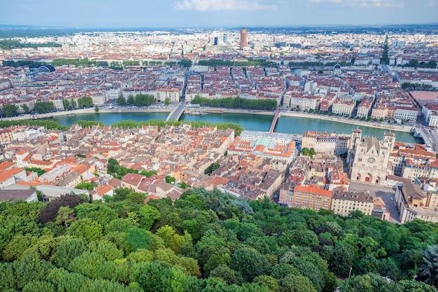 Вид с воздуха на лион с холма базилика де фурвьер. франция Бесплатные Фотографии