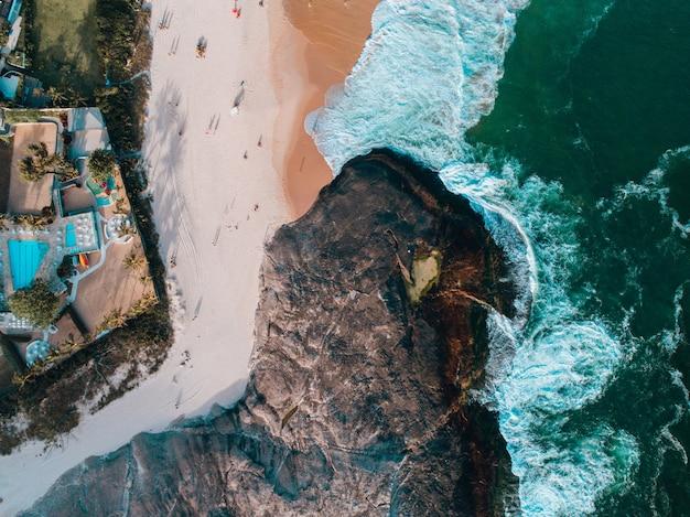 Vista aerea di una scogliera e della spiaggia di sabbia in brasile Foto Gratuite